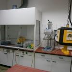 Labor mit Prägemaschine und Kompressor